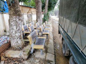 ghế đá trường học vàng ghi