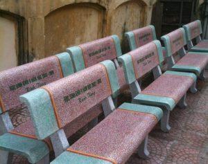 ghế đá màu xanh đỏ
