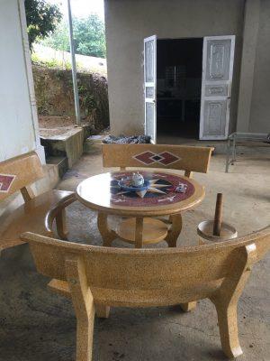 bộ bàn ghế đá cong vàng