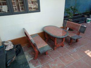 bàn ghế đá đỏ ghi