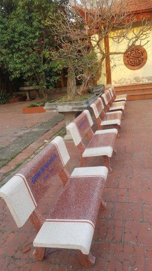ghế đá trắng đỏ