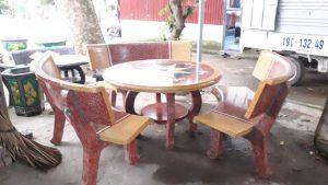 bàn ghế đá cong vàng đỏ