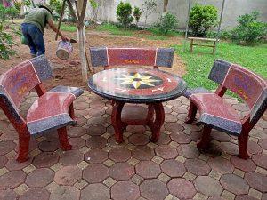 bàn ghế đá cong đỏ ghi