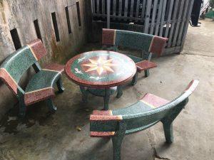 bàn ghế đá đỏ xanh
