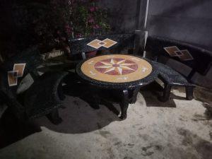 bàn ghế đá cong ghi