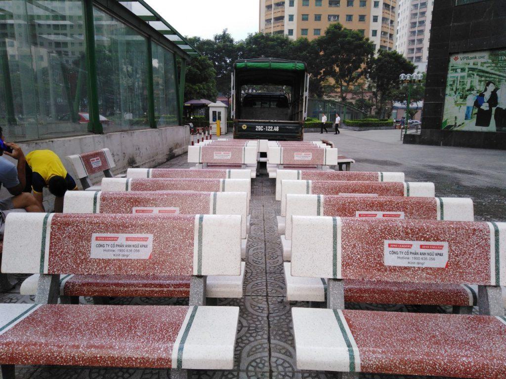 ghế đá công viên trắng đỏ giá rẻ