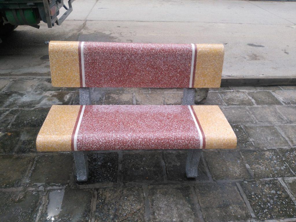ghế đá trường học vàng đỏ