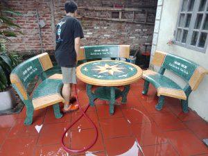 bàn ghế đá cong vàng xanh